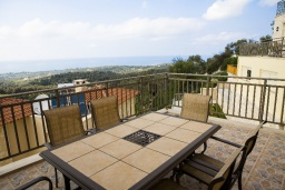 Терраса. Греция, Аделе : Прекрасная вилла с бассейном и зеленым двориком, 2 гостиные с кухнями, 5 спален, 3 ванные комнаты, детская площадка, барбекю, парковка, Wi-Fi