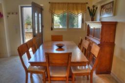 Обеденная зона. Греция, Аделе : Прекрасная вилла с бассейном и зеленым двориком, 2 гостиные с кухнями, 5 спален, 3 ванные комнаты, детская площадка, барбекю, парковка, Wi-Fi