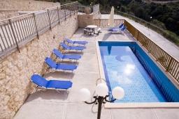 Бассейн. Греция, Аделе : Прекрасная вилла с бассейном и зеленым двориком, 2 гостиные с кухнями, 5 спален, 3 ванные комнаты, детская площадка, барбекю, парковка, Wi-Fi