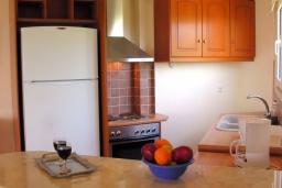 Кухня. Греция, Аделе : Роскошная вилла с бассейном и зеленой территорией, 5 спален, 5 ванных комнат, джакузи, барбекю, парковка, Wi-Fi