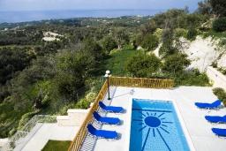 Бассейн. Греция, Аделе : Прекрасная вилла с бассейном и зеленым двориком, 2 гостиные с кухнями, 4 спальни, 3 ванные комнаты, детская площадка, барбекю, парковка, Wi-Fi