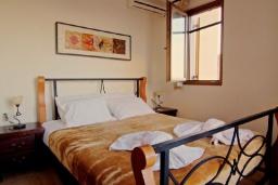 Спальня. Греция, Каливес : Прекрасная вилла с бассейном и зеленым двориком с барбекю, 4 спальни, 2 ванные комнаты, парковка, Wi-Fi