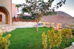 Территория. Греция, Каливес : Прекрасная вилла с бассейном и зеленым двориком с барбекю, 4 спальни, 2 ванные комнаты, парковка, Wi-Fi