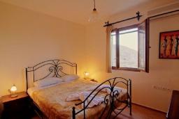Спальня 2. Греция, Каливес : Прекрасная вилла с бассейном и зеленым двориком с барбекю, 4 спальни, 2 ванные комнаты, парковка, Wi-Fi