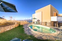 Бассейн. Греция, Каливес : Прекрасная вилла с бассейном и зеленым двориком с барбекю, 2 спальни, парковка, Wi-Fi