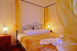 Спальня. Греция, Каливес : Прекрасная вилла с бассейном и зеленым двориком с барбекю, 2 спальни, парковка, Wi-Fi