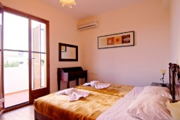 Спальня 2. Греция, Каливес : Прекрасная вилла с бассейном и зеленым двориком с барбекю, 2 спальни, парковка, Wi-Fi