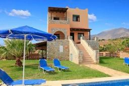 Фасад дома. Греция, Плакиас : Прекрасная вилла с бассейном и видом на море, 2 гостиные, 4 спальни, 3 ванные комнаты, парковка, Wi-Fi