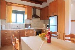 Кухня. Греция, Плакиас : Прекрасная вилла с бассейном и видом на море, 2 гостиные, 4 спальни, 3 ванные комнаты, парковка, Wi-Fi