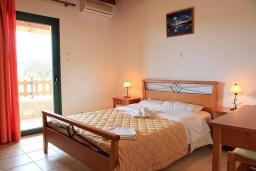 Спальня. Греция, Плакиас : Прекрасная вилла с бассейном и видом на море, 2 гостиные, 4 спальни, 3 ванные комнаты, парковка, Wi-Fi