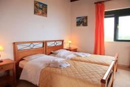 Спальня 2. Греция, Плакиас : Прекрасная вилла с бассейном и видом на море, 2 гостиные, 4 спальни, 3 ванные комнаты, парковка, Wi-Fi