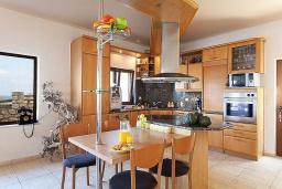 Кухня. Греция, Каливес : Роскошная вилла с бассейном и шикарным видом на море, 150 метров до пляжа, 5 спален, 3 ванные комнаты, джакузи, барбекю, парковка, Wi-Fi