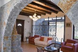 Гостиная. Греция, Малеме : Прекрасная вилла с двумя бассейнами и зеленым двориком с барбекю, 3 спальни, 2 ванные комнаты, джакузи, парковка, Wi-Fi