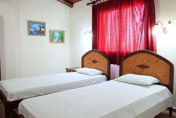 Спальня. Греция, Малеме : Прекрасная вилла с двумя бассейнами и зеленым двориком с барбекю, 3 спальни, 2 ванные комнаты, джакузи, парковка, Wi-Fi