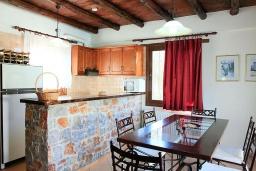 Кухня. Греция, Малеме : Прекрасная вилла с двумя бассейнами и зеленым двориком с барбекю, 3 спальни, 2 ванные комнаты, джакузи, парковка, Wi-Fi