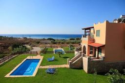 Фасад дома. Греция, Каливес : Роскошная вилла с бассейном и шикарным видом на море, 150 метров до пляжа, 2 спальни, 2 ванные комнаты, барбекю, парковка, Wi-Fi