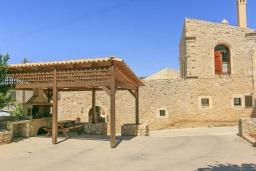 Территория. Греция, Ретимно : Прекрасный каменный дом с бассейном и двориком с барбекю, 4 спальни, 3 ванные комнаты, парковка, Wi-Fi