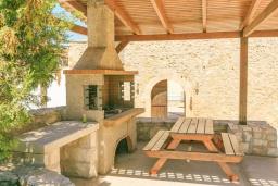 Терраса. Греция, Ретимно : Прекрасный каменный дом с бассейном и двориком с барбекю, 4 спальни, 3 ванные комнаты, парковка, Wi-Fi