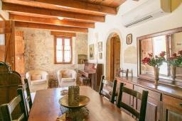 Гостиная. Греция, Ретимно : Прекрасный каменный дом с бассейном и двориком с барбекю, 4 спальни, 3 ванные комнаты, парковка, Wi-Fi