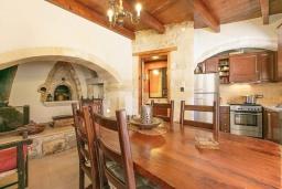 Кухня. Греция, Ретимно : Прекрасный каменный дом с бассейном и двориком с барбекю, 4 спальни, 3 ванные комнаты, парковка, Wi-Fi