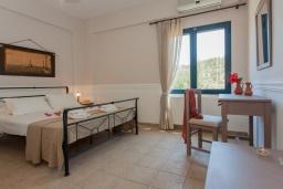 Спальня. Греция, Агия Марина : Прекрасная вилла с бассейном и зеленым двориком с барбекю, 3 спальни, 2 ванные комнаты, парковка, Wi-Fi