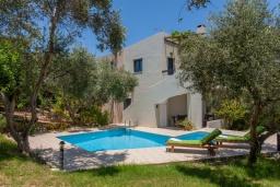 Фасад дома. Греция, Агия Марина : Прекрасная вилла с бассейном и зеленым двориком с барбекю, 3 спальни, 2 ванные комнаты, парковка, Wi-Fi