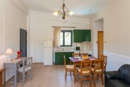Кухня. Греция, Агия Марина : Прекрасная вилла с бассейном и зеленым двориком с барбекю, 3 спальни, 2 ванные комнаты, парковка, Wi-Fi