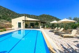 Фасад дома. Греция, Бали : Прекрасная вилла с бассейном и зеленым двориком с барбекю, 2 спальни, парковка, Wi-Fi