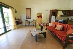 Гостиная. Греция, Бали : Прекрасная вилла с бассейном и зеленым двориком с барбекю, 2 спальни, парковка, Wi-Fi