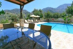 Терраса. Греция, Бали : Прекрасная вилла с бассейном и зеленым двориком с барбекю, 2 спальни, парковка, Wi-Fi