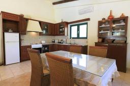 Кухня. Греция, Бали : Прекрасная вилла с бассейном и зеленым двориком с барбекю, 2 спальни, парковка, Wi-Fi