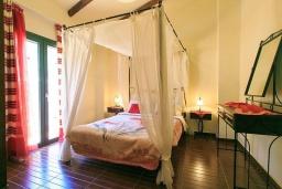 Спальня. Греция, Бали : Прекрасная вилла с бассейном и зеленым двориком с барбекю, 2 спальни, парковка, Wi-Fi