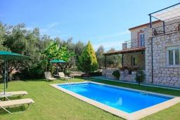 Фасад дома. Греция, Каливес : Прекрасная вилла с бассейном и зеленым двориком с барбекю, 3 спальни, 2 ванные комнаты, парковка, Wi-Fi