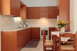 Кухня. Греция, Каливес : Прекрасная вилла с бассейном и зеленым двориком с барбекю, 3 спальни, 2 ванные комнаты, парковка, Wi-Fi