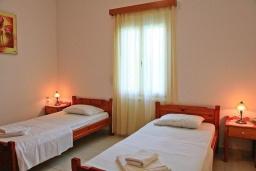 Спальня 2. Греция, Каливес : Прекрасная вилла с бассейном и зеленым двориком с барбекю, 3 спальни, 2 ванные комнаты, парковка, Wi-Fi