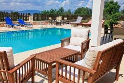 Бассейн. Греция, Коккино Хорио : Роскошная вилла с бассейном и зеленым двориком с барбекю, 4 спальни, 2 ванные комнаты, парковка, Wi-Fi