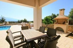 Терраса. Греция, Коккино Хорио : Роскошная вилла с бассейном и зеленым двориком с барбекю, 4 спальни, 2 ванные комнаты, парковка, Wi-Fi