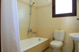 Ванная комната. Греция, Коккино Хорио : Роскошная вилла с бассейном и зеленым двориком с барбекю, 4 спальни, 2 ванные комнаты, парковка, Wi-Fi