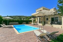 Фасад дома. Греция, Ретимно : Шикарная вилла с большим бассейном и зеленым двориком с барбекю, 3 спальни, 2 ванные комнаты, парковка, Wi-Fi