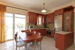 Кухня. Греция, Ретимно : Шикарная вилла с большим бассейном и зеленым двориком с барбекю, 3 спальни, 2 ванные комнаты, парковка, Wi-Fi