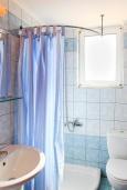 Ванная комната. Греция, Каливес : Прекрасная вилла с бассейном и зеленым двориком с барбекю, 3 спальни, 2 ванные комнаты, парковка, Wi-Fi