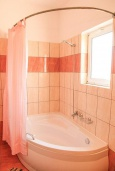 Ванная комната 2. Греция, Каливес : Прекрасная вилла с бассейном и зеленым двориком с барбекю, 3 спальни, 2 ванные комнаты, парковка, Wi-Fi