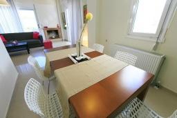 Обеденная зона. Греция, Ретимно : Прекрасная вилла с бассейном и двориком с барбекю, 3 спальни, 2 ванные комнаты, парковка, Wi-Fi