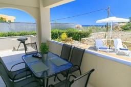 Терраса. Греция, Ретимно : Прекрасная вилла с бассейном и двориком с барбекю, 3 спальни, 2 ванные комнаты, парковка, Wi-Fi