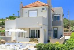 Фасад дома. Греция, Ретимно : Прекрасная вилла с бассейном и двориком с барбекю, 3 спальни, 2 ванные комнаты, парковка, Wi-Fi