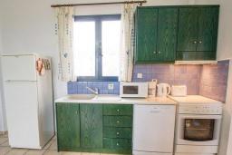 Кухня. Греция, Агия Марина : Прекрасная вилла с бассейном и зеленым садом с барбекю, 3 спальни, 2 ванные комнаты, парковка, Wi-Fi