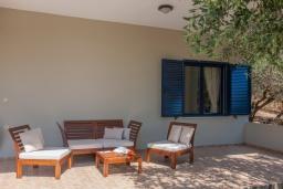 Терраса. Греция, Агия Марина : Прекрасная вилла с бассейном и зеленым садом с барбекю, 3 спальни, 2 ванные комнаты, парковка, Wi-Fi