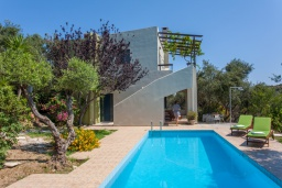 Фасад дома. Греция, Агия Марина : Прекрасная вилла с бассейном и зеленым садом с барбекю, 3 спальни, 2 ванные комнаты, парковка, Wi-Fi