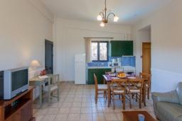 Спальня. Греция, Агия Марина : Прекрасная вилла с бассейном и зеленым садом с барбекю, 3 спальни, 2 ванные комнаты, парковка, Wi-Fi