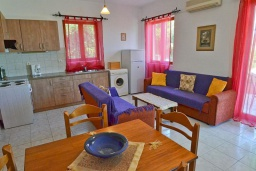 Гостиная. Греция, Аделе : Шикарная вилла с бассейном и видом на море, 2 спальни, 2 ванные комнаты, зеленый сад, барбекю, парковка, Wi-Fi